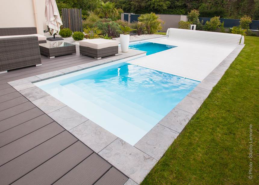 piscine sur margelle en pierre et terrasse composite en. Black Bedroom Furniture Sets. Home Design Ideas