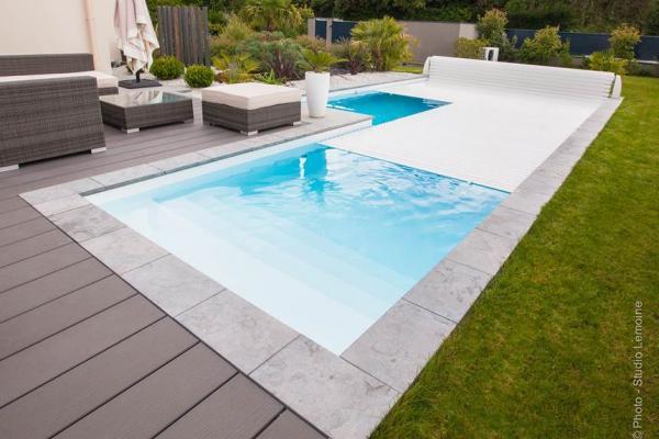 Piscine sur Margelle en Pierre et Terrasse Composite en forme de L/ Liner Blanc
